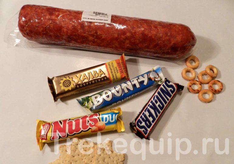 Колбаса, шоколадные батончики и галеты на перекус